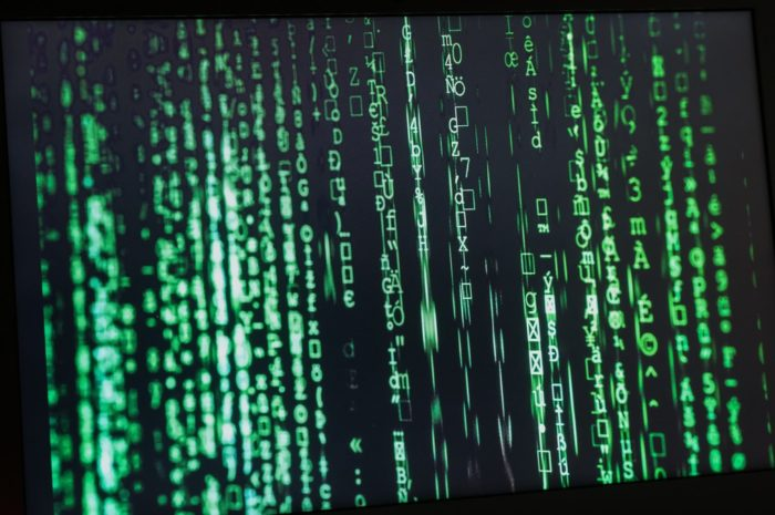 Data probíhají přes firewall a prochází kontrolou.
