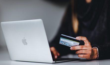 Muž využívá internetové bankovnictví ke správě svých peněz.