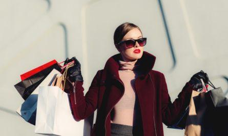 Žena si užila bohaté nákupy na internetu.