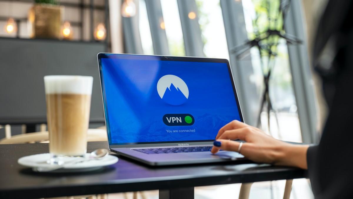 Připojí k VPN síti prostřednictvím notebooku.